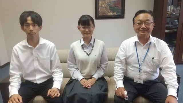 校長先生に全国大会出場報告をする関田さんと高瀬先生